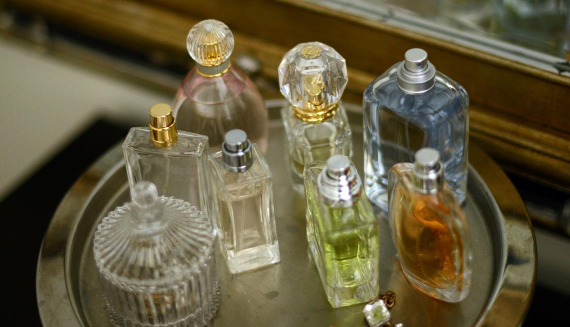 Perfumes encima de una bandeja