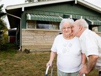 Mary Wellinghoff, de 85 años, recibe un beso de su hermano Pat a modo de felicitaciones por tener casa propia por primera vez. Foto: Carl Kiilsgaard<br>