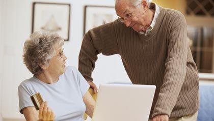Pareja ordenando en línea - Use sus ahorros para pagar sus tarjetas de crédito