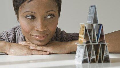 Mujer con la pila de tarjetas de crédito - Secretos des empresas de tarjetas de crédito