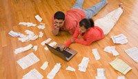 Pareja pagando sus cuentas en línea