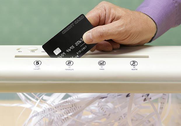 Triturando una tarjeta de crédito vieja