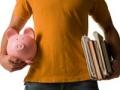 Joven estudiante sosteniendo libros y una alcancía - Cómo elegir el mejor préstamo estudiantil