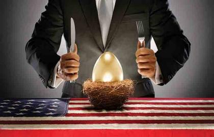 Empresario con un huevo de oro en una mesa con la bandera de los Estados Unidos, La caza furtiva de las pensiones