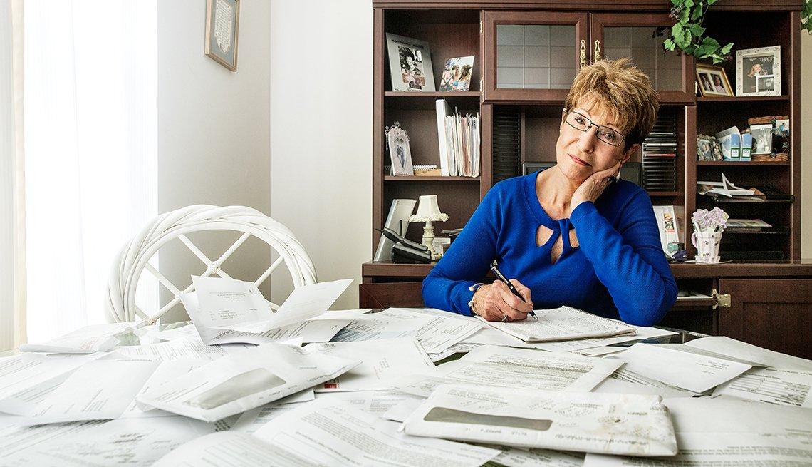 Ann Twiselton de 77 años en su casa en Spring, Hill, TN, haciendo cuentas de sus préstamos estudiantiles.