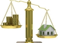 Ilustración de una balanza. A un lado monedas de oro, al otro una casa - Buenas y malas deudas