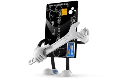 Tarjeta de crédito con herramienta en mano - Cómo proteger tu crédito