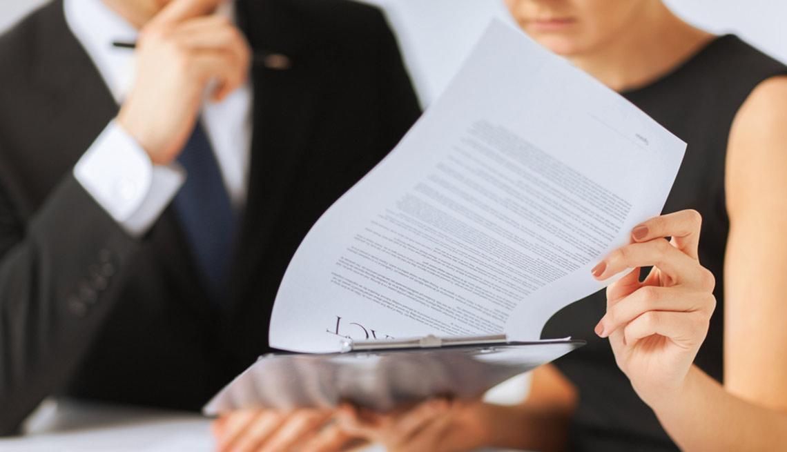 Hombre y mujer viendo un formulario - Ventajas y desventajas de ser codeudor de un préstamo