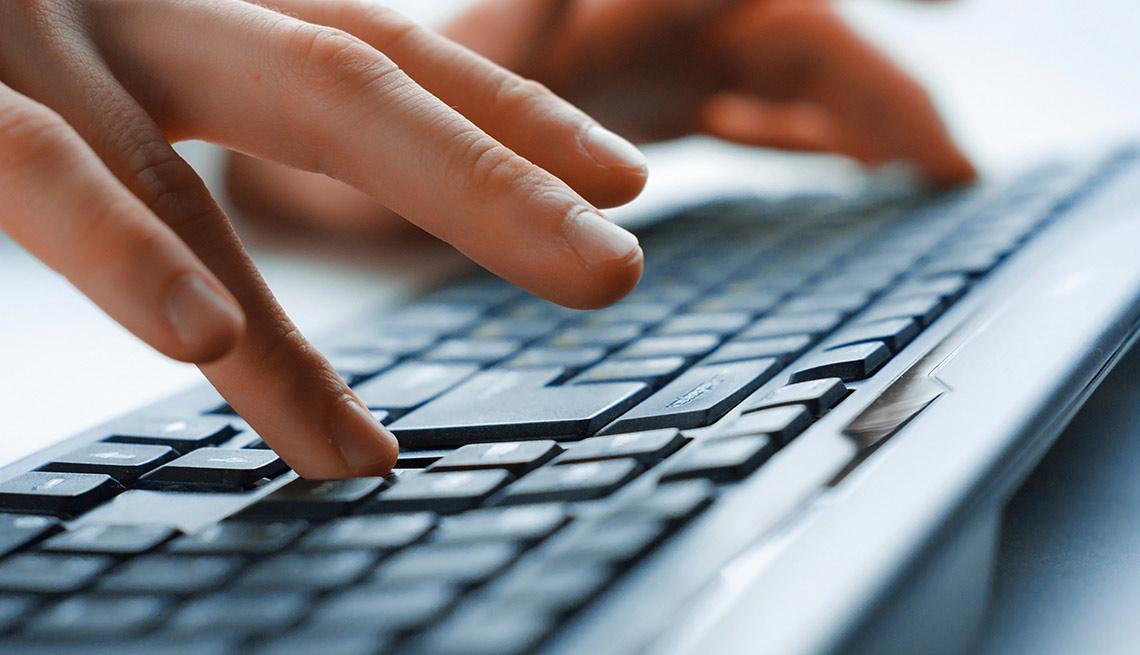 Manos sobre un teclado