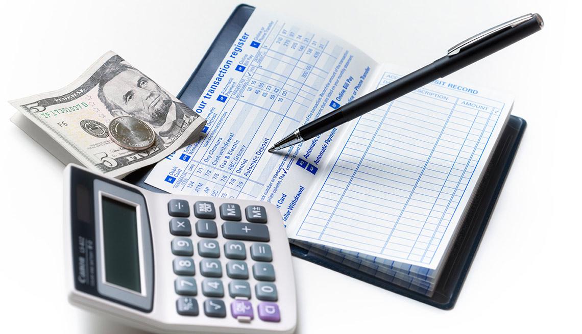 Calculadora, chequera y dinero