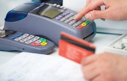 Aparato para procesar tarjetas de crédito