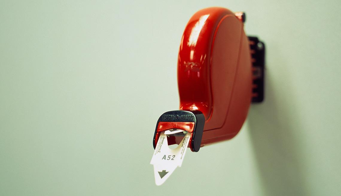 Dispensador de colillas para turnos en una fila - Errores en las compras navideñas con tarjetas de crédito