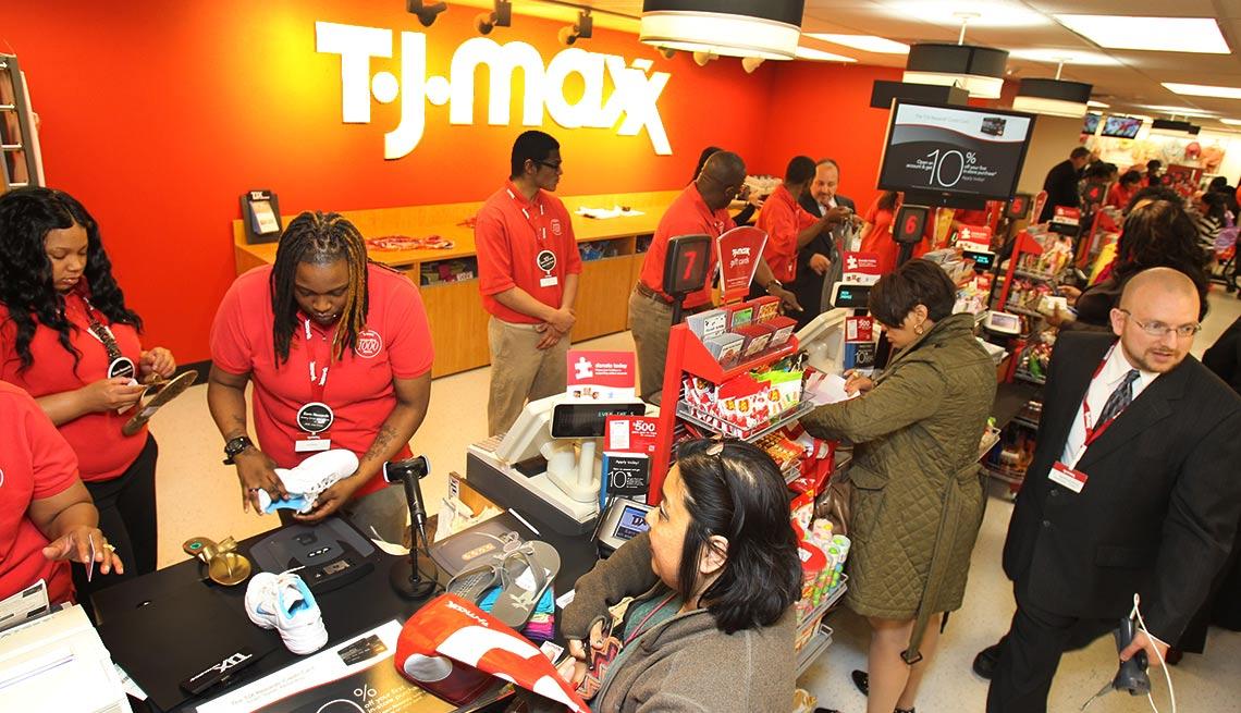 Interior de una tienda de T.J. Maxx - Devoluciones de las compras de navidad