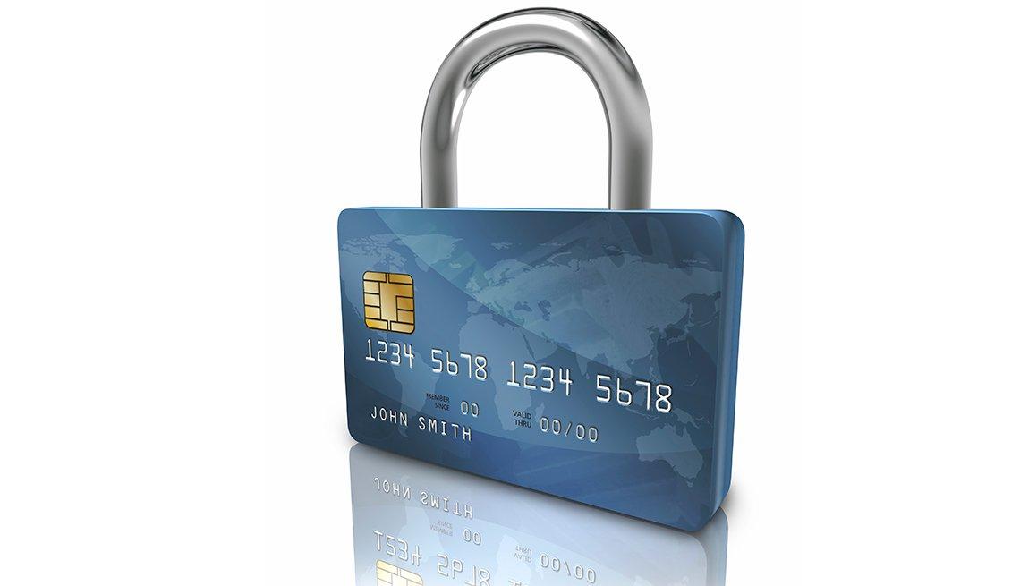 Tarjeta de crédito con forma de candado y cómo aprender a manejar tu crédito