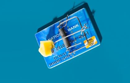 Tarjeta de crédito con una trampa de ratón encima para ilustrar que no seas víctima de las compañías reparadoras de crédito.