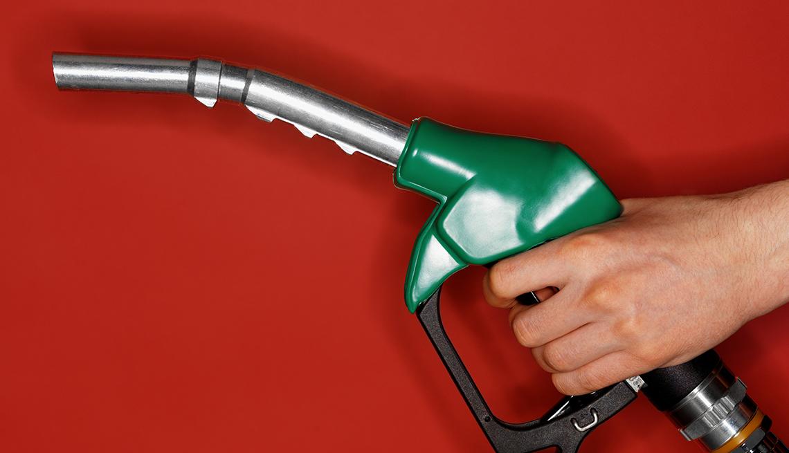 Mano sosteniendo un dispensador de gasolina - Errores comunes con las tarjetas de crédito