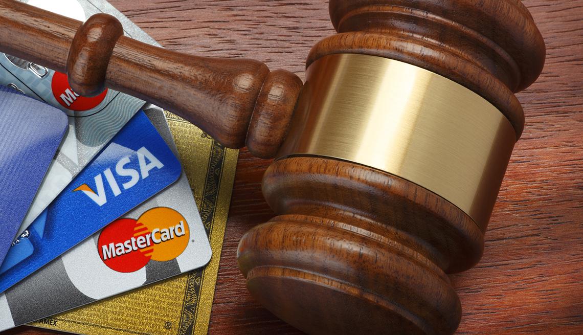 Martillo de madera de una corte al lado de unas tarjetas de crédito - Errores comunes con las tarjetas de crédito
