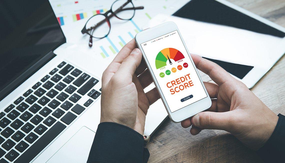 Un hombre revisa su informe de crédito