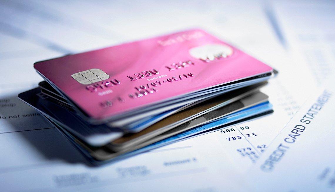 Pila de tarjetas de crédito y facturas