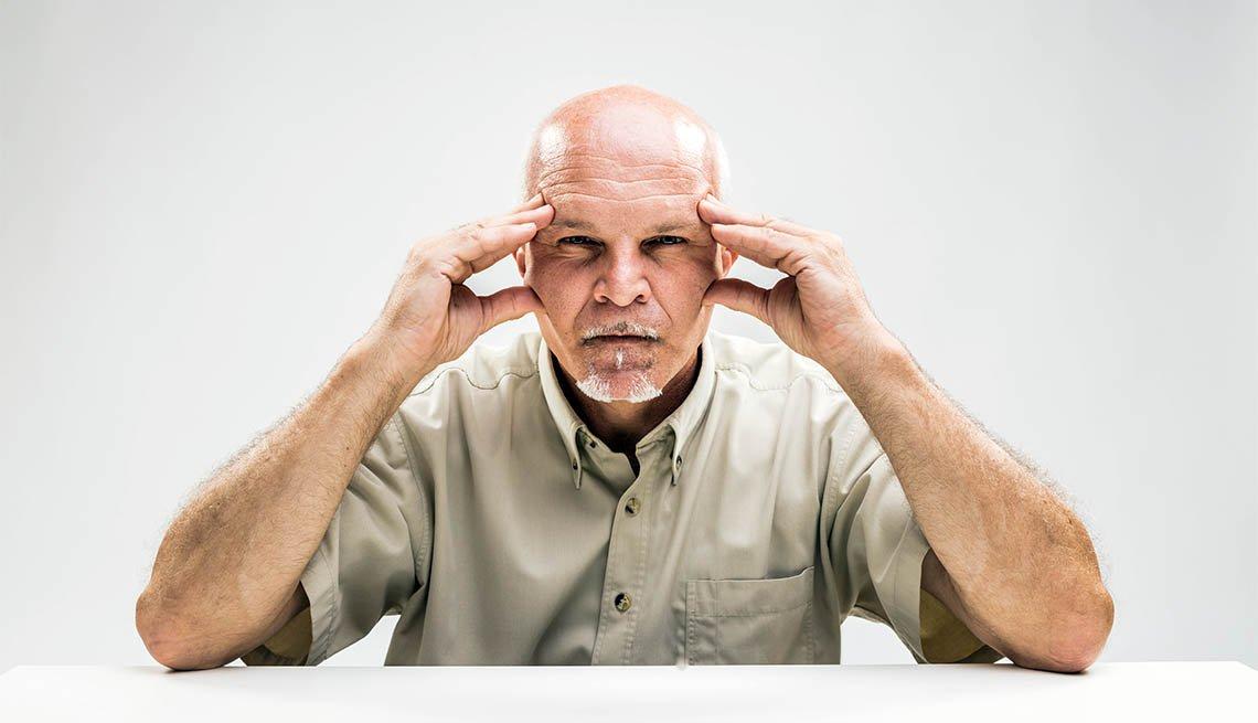 Hombre colocando las manos en su cabeza para enfocarse