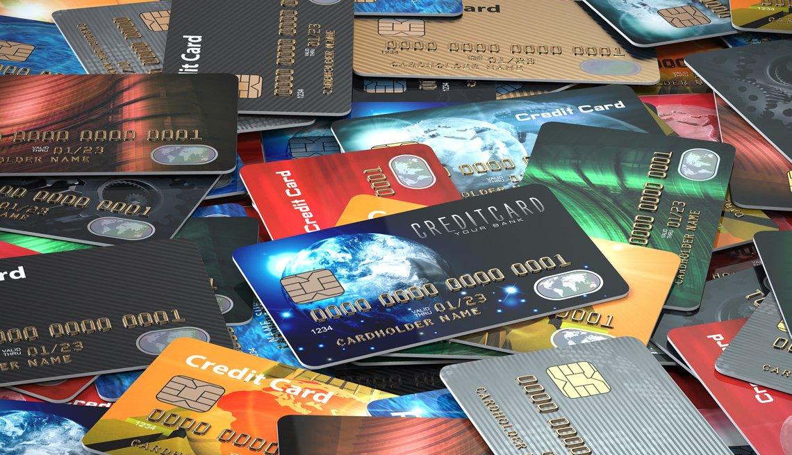 Tarjetas de crédito de distintos bancos amontonadas