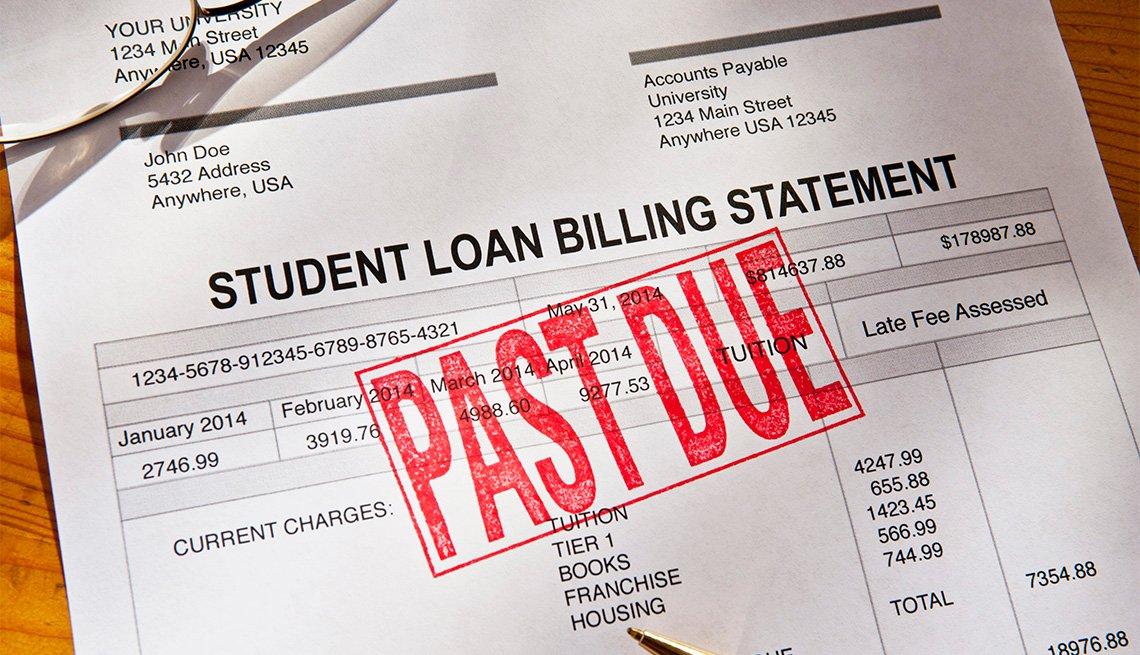 Estado de cuenta de un préstamo estudiantil con un sello de vencido.