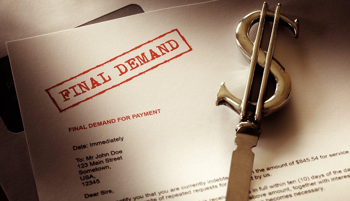 Ejemplo de una carta de la demanda de una agencia de recaudación de deudas al lado de un cortapapel con el signo de dólar.