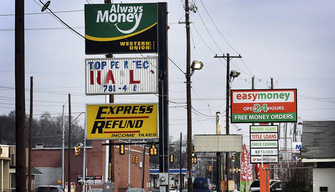 Anuncios de préstamos de día de pago en las calles de Birmingham, Alabama.