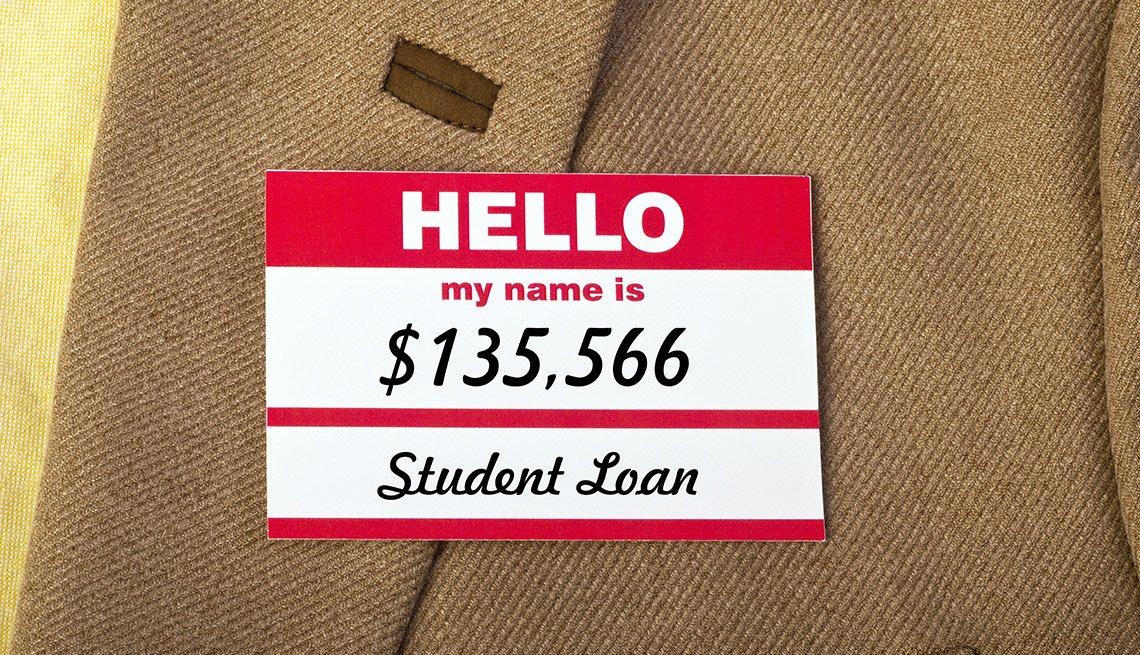Acercamiento a un traje con una etiqueta que dice hola, mi nombre es <img35.566 de préstamos estudiantiles.
