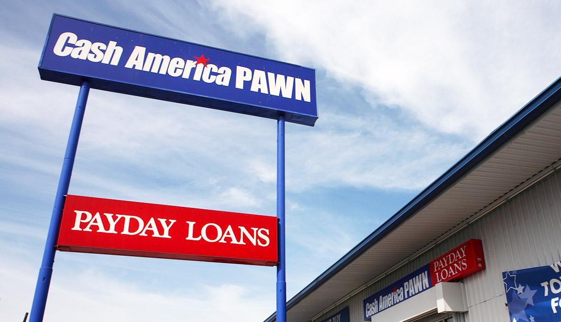 Vaya con el nombre de tienda de empeños Cash American Pawn y debajo un letrero que dice préstamos del día