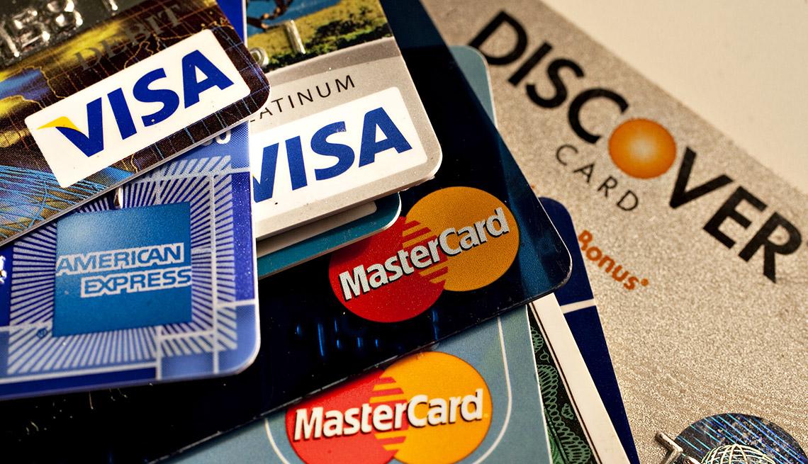 Tarjetas de crédito tiradas sobre una mesa.