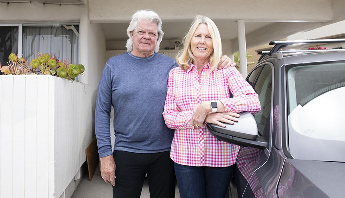 Duwayne y Jan Dunham frente a un vehículo a la entrada de su casa en Playa Del Rey