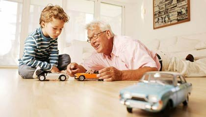 Abuelo jugando con carritos con su nieto - Lo que debe saber sobre su testamento