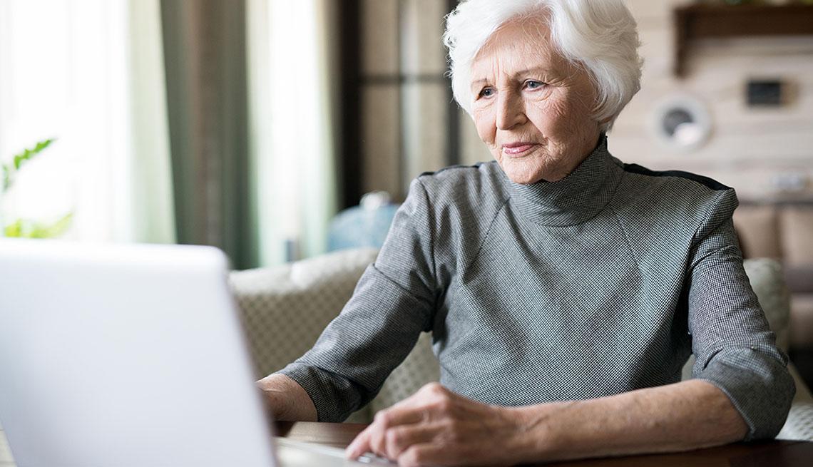 Mujer mayor usa su computadora
