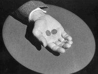 Un hombre sosteniendo 2 centavos de dolar en la palma de su mano