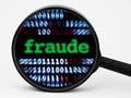 Lupa con un letrero de fraude - Consejos para descubrir inversiones fraudulentas