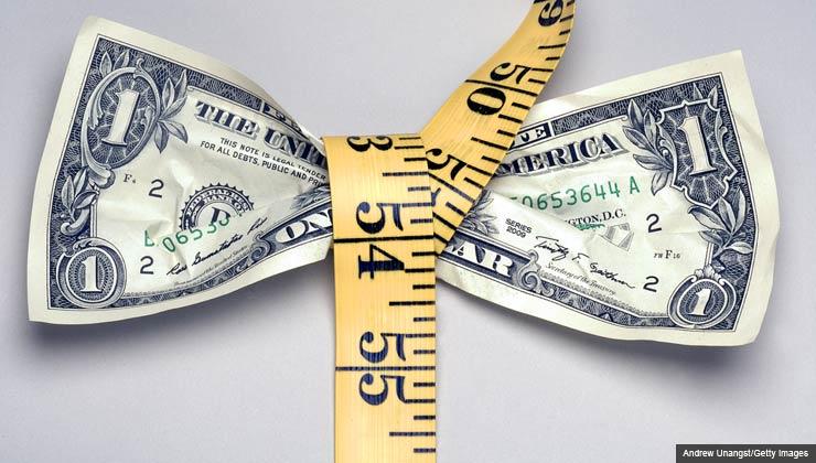Billete de un dólar con una cinta de metro - calculadora para sus gastos