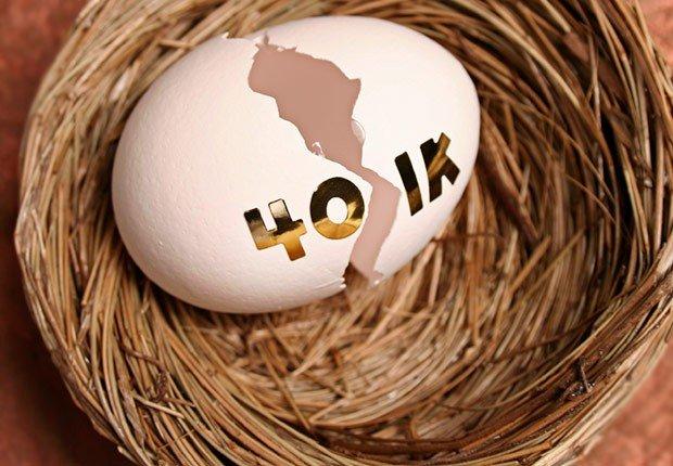 Huevo roto con un símbolo de 401K, Recargue su 401(k)