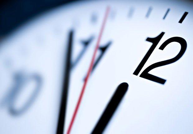 Un reloj en primer plano - Movimientos malos de dinero