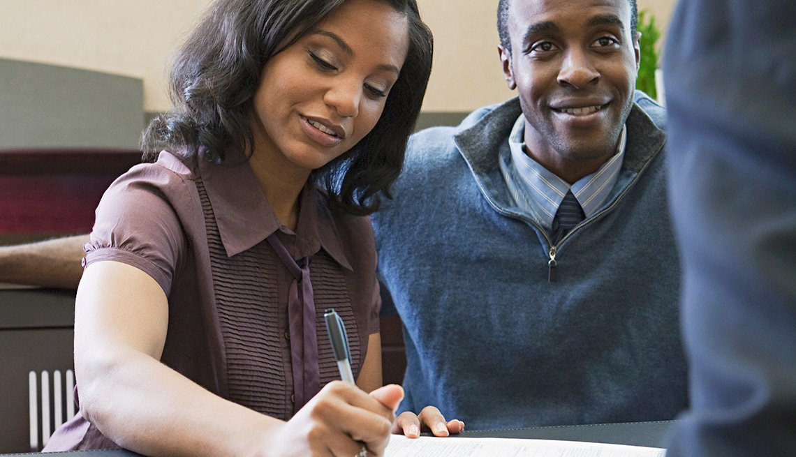 Una pareja firmando un contrato