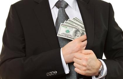 Hombre guardando dinero en su chaqueta - Protege tus ahorros para la jubilación