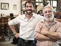 Hombre adulto al lado de un hombre mayor - Cómo transferir un negocio a los hijos o nietos.
