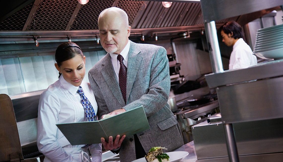 Empleado de un restaurante hablando con una mesera - Errores frecuentes al comprar un negocio