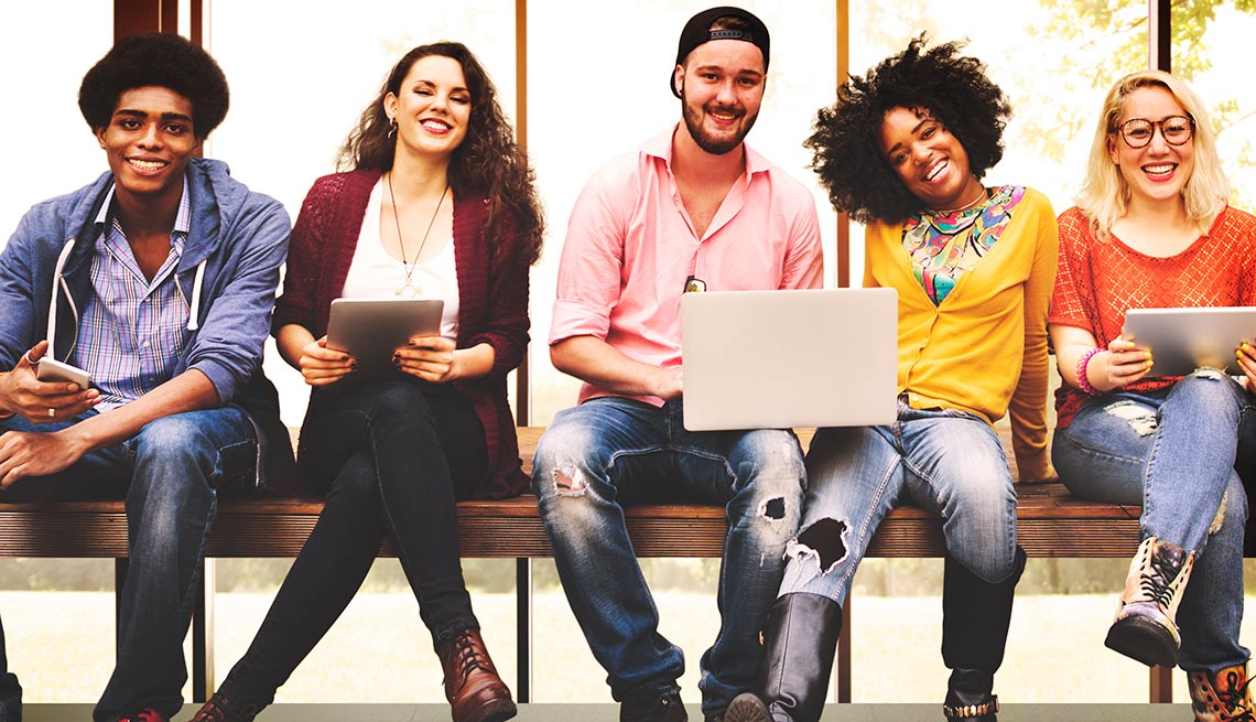 Personas de la generación milenio sentados en una banca - Lo que los jóvenes tienen que ofrecer a sus padres