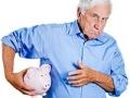 Hombre mayor protegiendo una alcancía con sus manos - Industria de valores protegería a sus clientes mayores contra el fraude