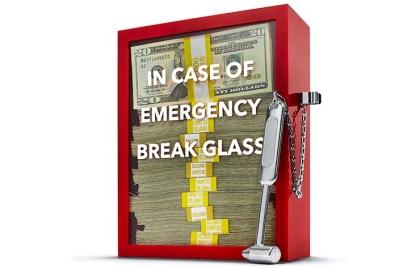 Caja roja parada sin tapa y con fajos de billetes de dólares - Consejos para poner en orden tus finanzas