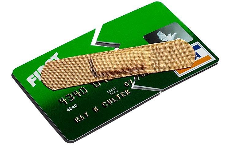 Tarjeta de crédito con una cura encima - Consejos para poner tus finanzas en orden