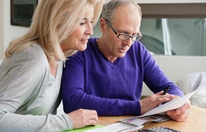 Mujer y hombre mayores viendo un documento - Errores a evitar en la jubilación