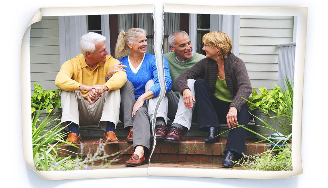Dos parejas mayores sentadas frente a la entrada de una casa - Cómo mantener una casa de vacaciones en la familia