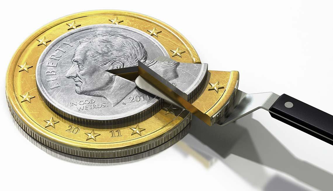 Pastel en forma de moneda con una cuchara sacando un pedazo